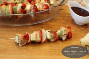Куриные шашлычки с овощами на шпажках