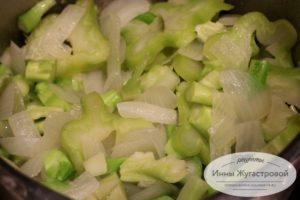 Потушить лук и брокколи