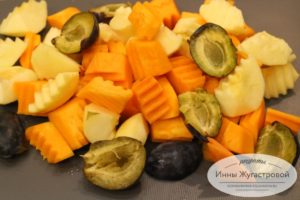 Нарезать тыкву и фрукты