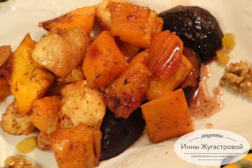 Карамелизированная тыква с фруктами и специями в духовке