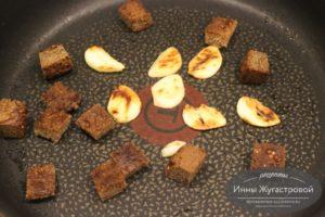 Обжарить ржаные сухарики и чеснок