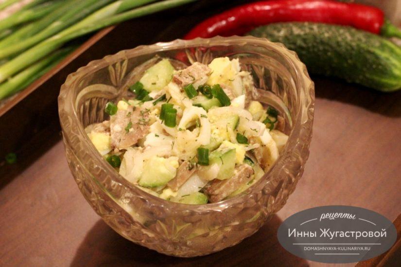 Салат с печенью трески, яйцами и свежим огурцом без майонеза