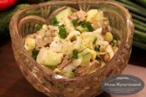 Салат с печенью трески, яйцами и огурцами