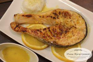 Красная рыба апельсиновым соусом на сковороде