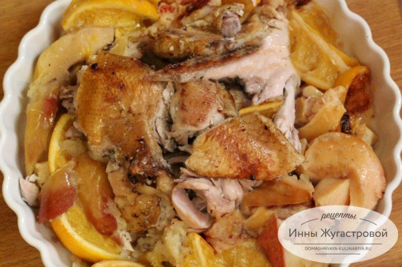 Курица, запеченная в рукаве с айвой, яблоками и апельсинами
