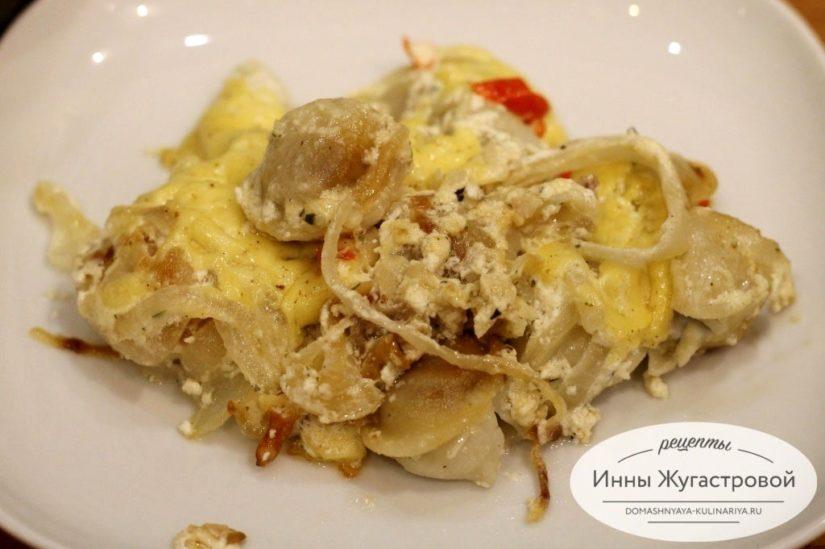 Пельмени, запеченные в духовке с луком под сметанным соусом и сыром