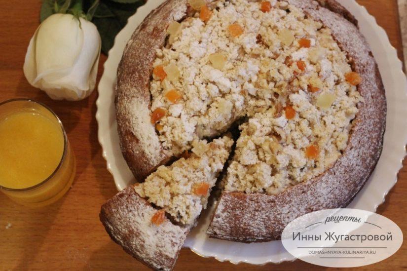 Пирог (торт) из кекса с творожным кремом, орехами и сухофруктами