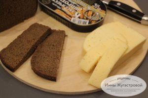 Нарезать хлеб и сыр