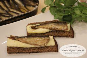 Шпроты на тосте с сыром