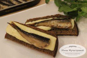 Бутерброды с сыром и шпротами