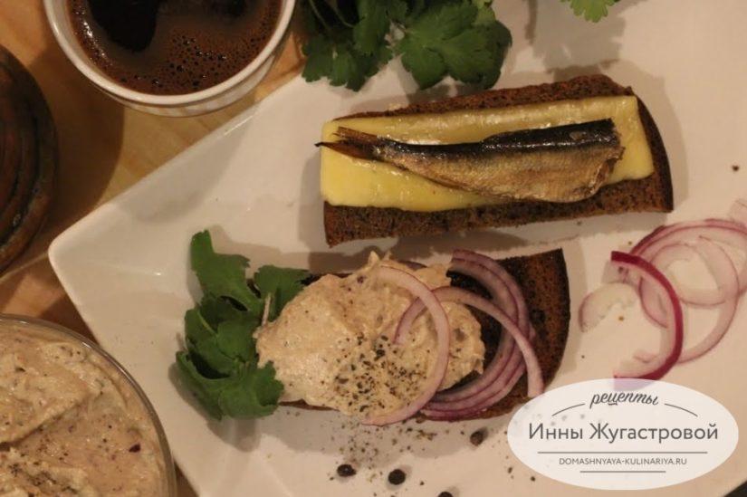 Домашний шпротный паштет и тосты из ржаного хлеба с сыром и шпротами