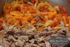 Добавить мясо к обжаренным овощам