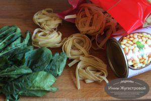 Листья шпината, макароны и белая фасоль
