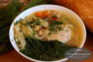 Суп из курицы с овощами, фасолью, пастой и шпинатом