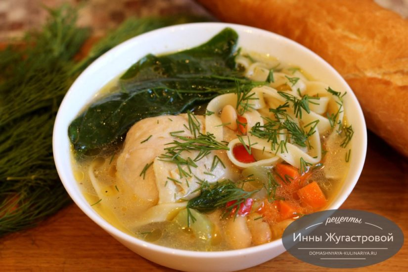 Суп из курицы с овощами, пастой, белой фасолью и шпинатом