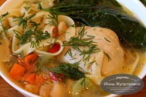 Суп из курицы с овощами, фасолью и шпинатом