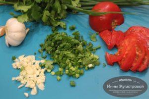 Подготовить помидоры, чеснок и зелень