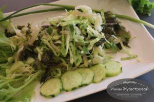 Салат из капусте кейл, кольраби и белокочанной капусты