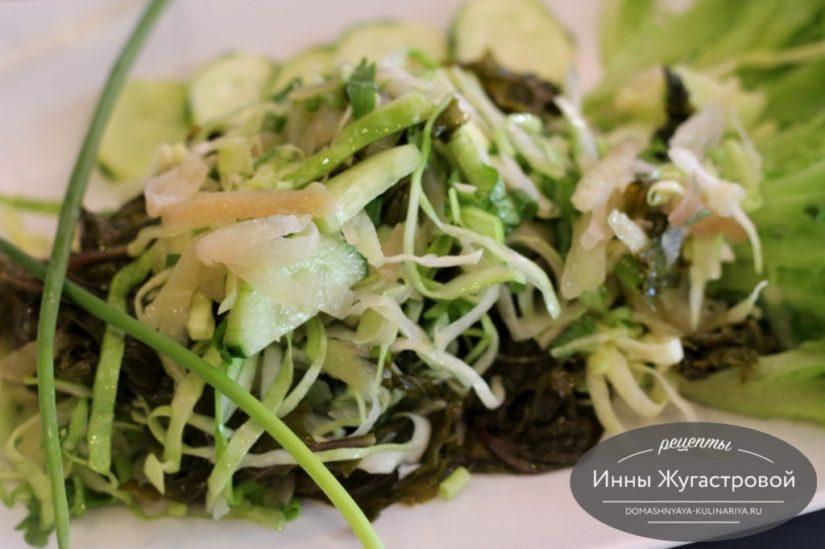 Салат Три капусты — из капусты кале, кольраби и молодой белокочанной капусты