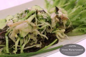 Салат Три капусты из капусты кале, кольраби и белокочанной капусты с зеленью и огурцами