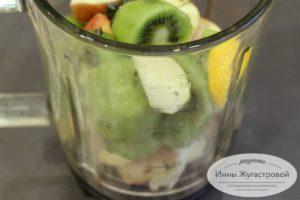 Выложить фрукты в блендер
