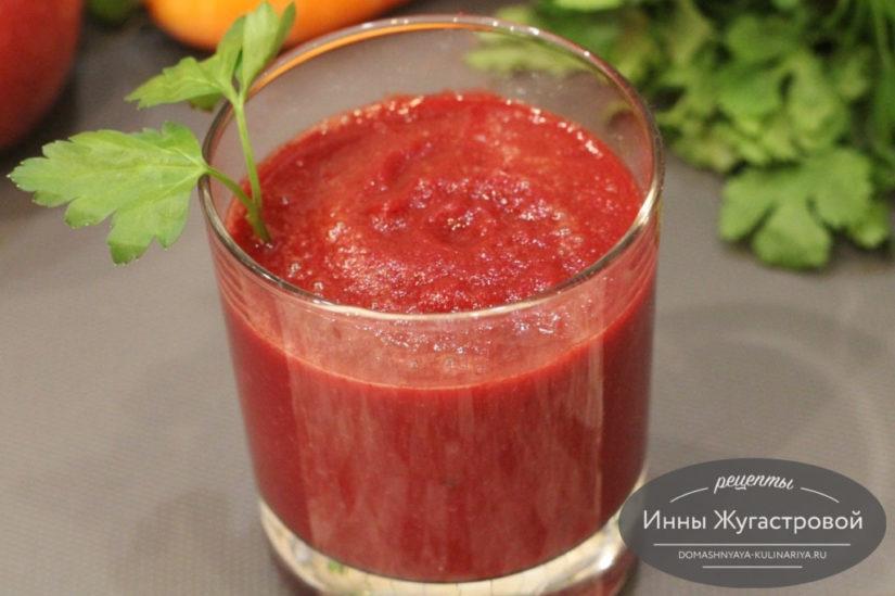 Витаминный смузи из свеклы, моркови, яблока и сладкого перца с добавлением оливкового масла