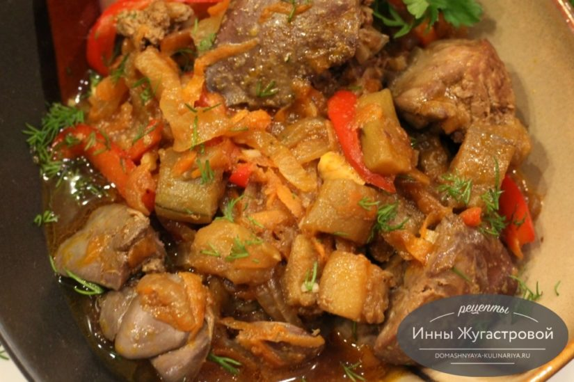 Куриная печень с баклажанами, морковью, сладким перцем и луком на сковороде