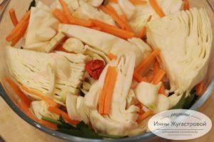 Выложить капусту, морковь, чеснок