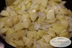 Тушить картофель с луком