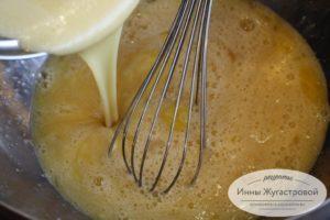 Соединить яйца и мед