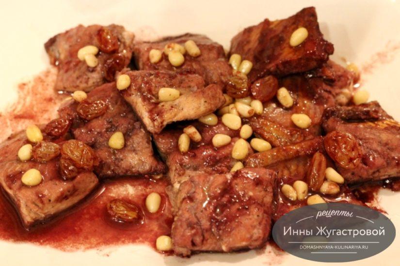 Горбуша с изюмом и кедровыми орешками в винном соусе на сковороде