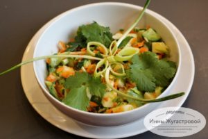 Салат с черемшой из моркови, яблока, огурца
