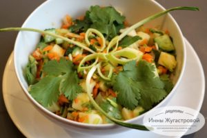 Салат с черемшой из морковки, огурца и яблока