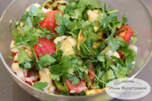 Добавить помидоры и лук