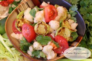 Салат из цветной капусты, кабачков и помидоров
