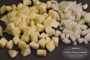 Нарезать яблоко и лук