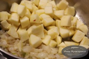 Добавить яблоки и сахар