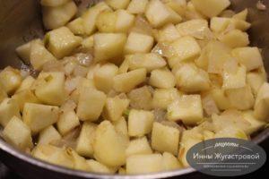 Тушить яблоки с луком