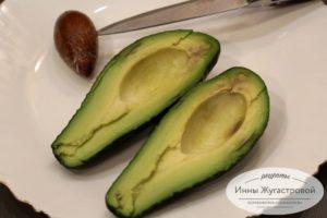 Разрезать авокадо пополам