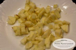 Нарезать яблоко кусочками