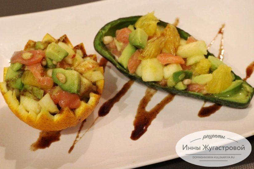 Салат из красной рыбы, авокадо, яблок и апельсинов, красивый и изысканный