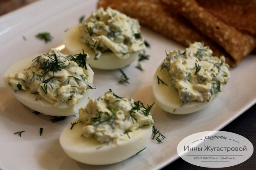 Яйца, фаршированные брынзой, свежей зеленью и черемшой