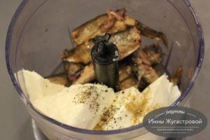 Соединить шпроты, сыр и масло