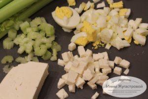 Нарезать яйца, брынзу и сельдерей