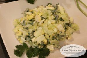 Салат из брынзы, яиц, сельдерея и черемши