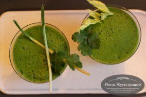 Зеленый смузи из шпината, сельдерея и яблока
