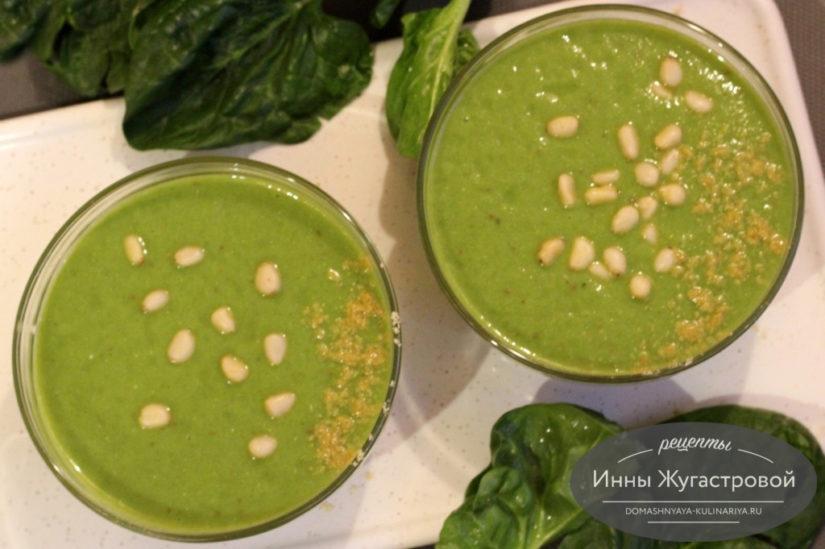 Смузи-боул из шпината, бананов, яблок и кедровых орешков на зеленом чае