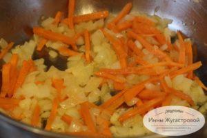 Обжарить лук и морковь