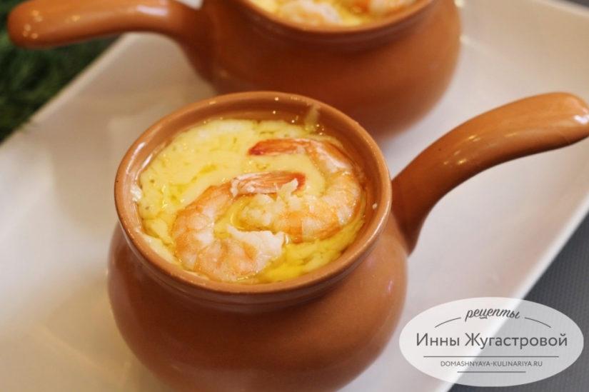 Жюльен с креветками под соусом бешамель и сыром