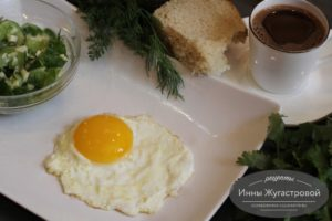 Яичница-глазунья на сковороде